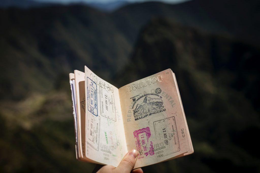Hộ chiếu của người trẻ khi du lịch nước ngoài tự túc