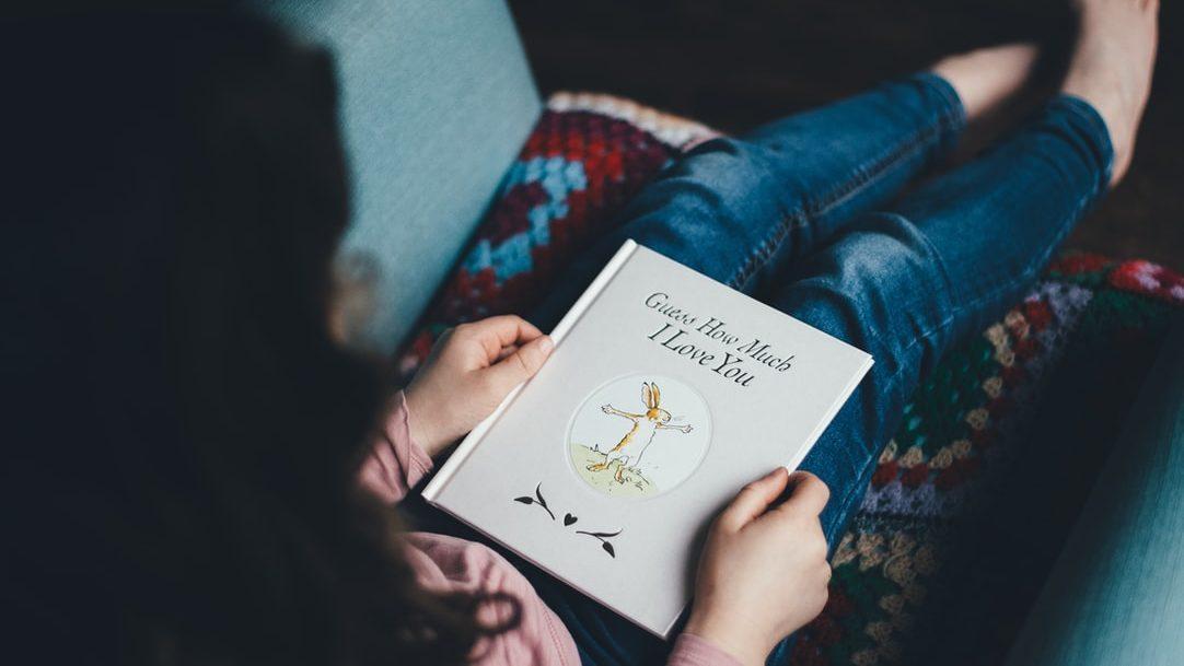 Đọc sách cùng bé giúp bé hình thành thói quen đọc sách